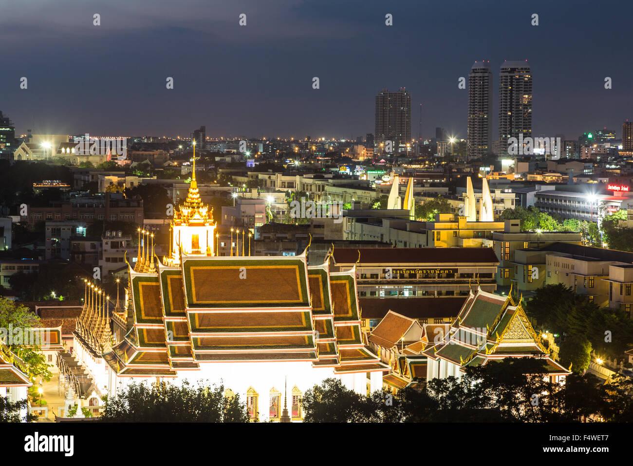 Una vista de noche de wat Thepthidaram en Bangkok ciudad vieja. Esta ciudad es la capital de Tailandia y salpicado Foto de stock