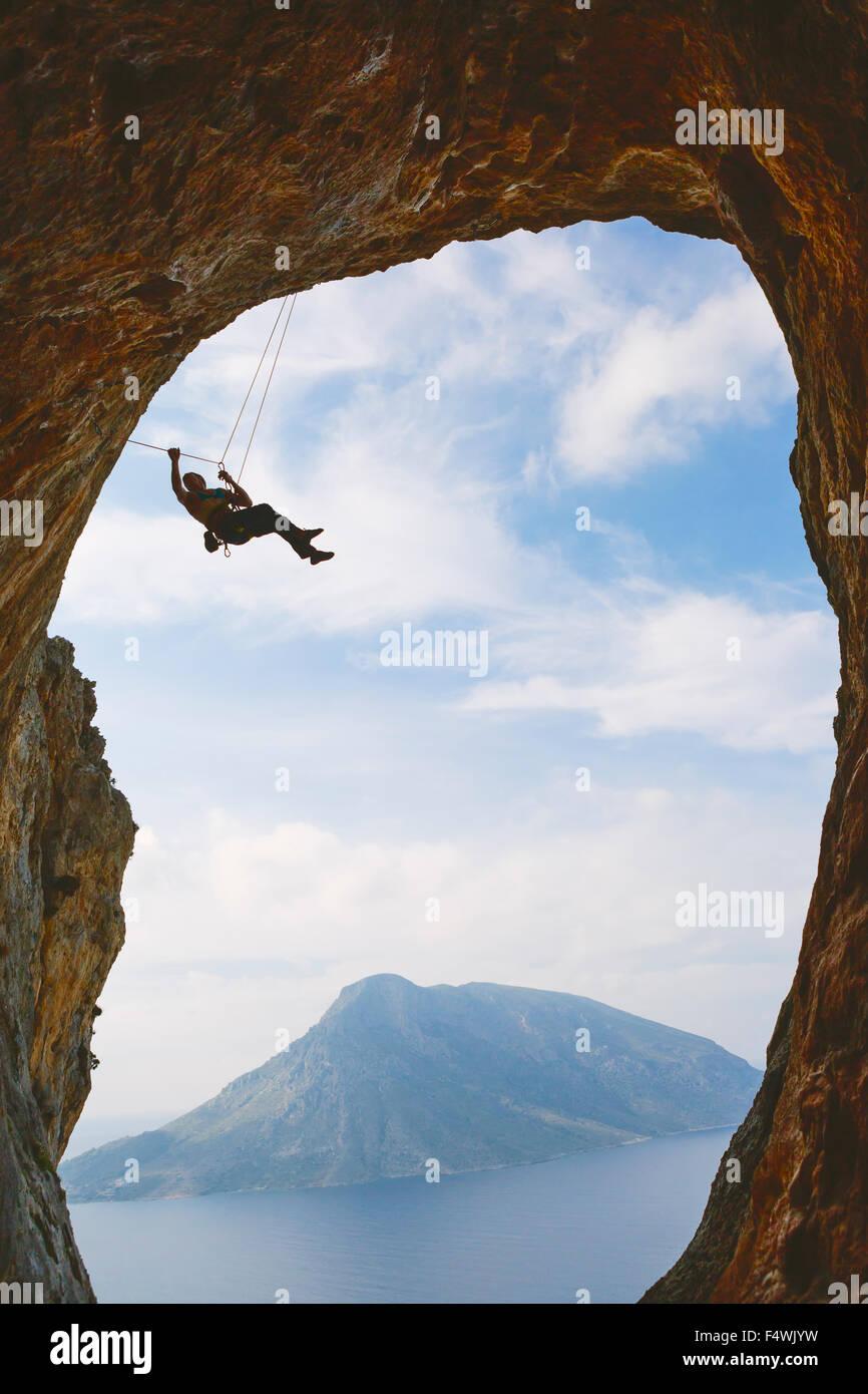 Grecia, Dodecaneso, Kalymnos, montañismo colgando de arco natural Imagen De Stock