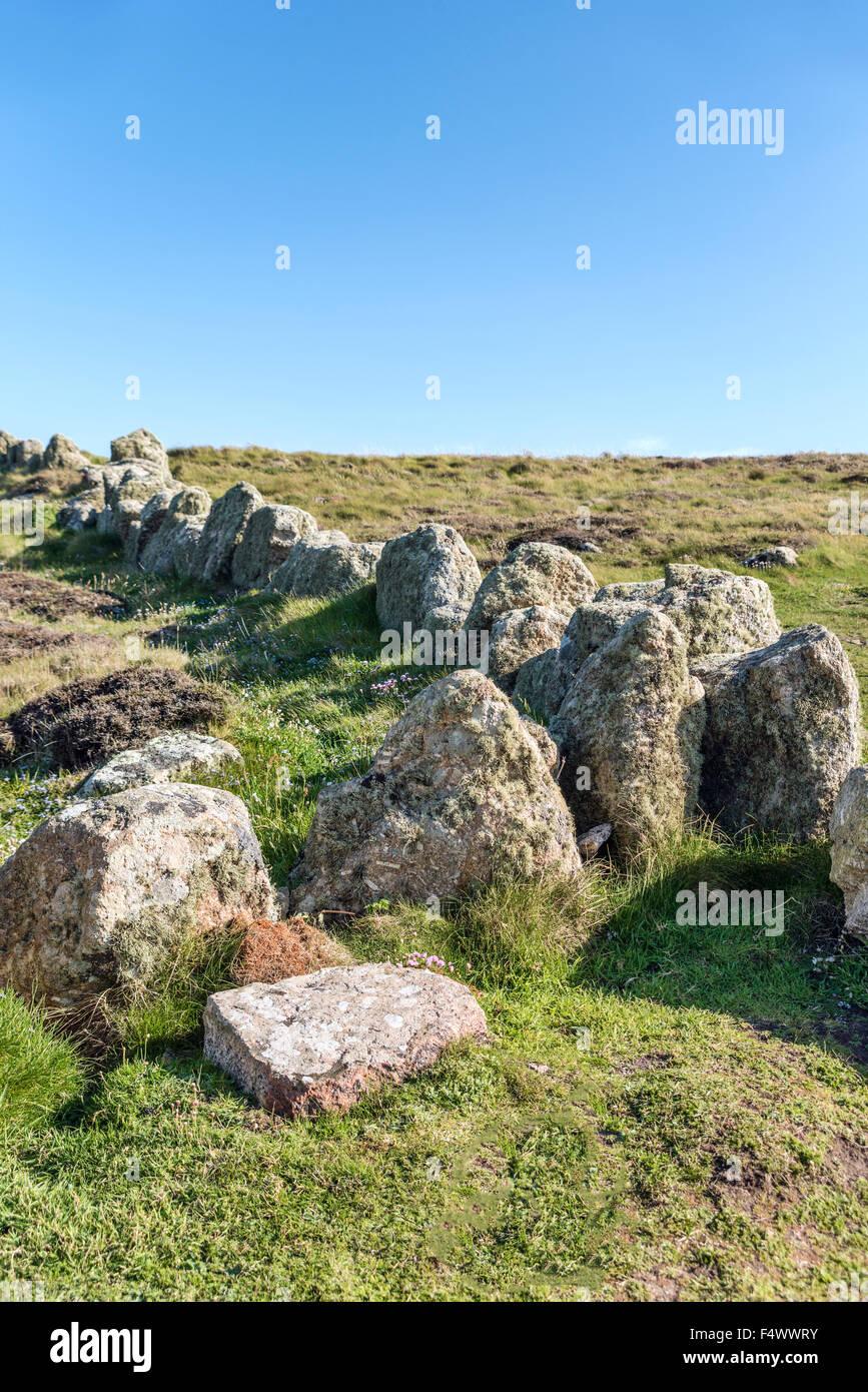 Rock esgrima en un paisaje costero en Lands End, Cornwall, Inglaterra, Reino Unido | Fels Einzaeunung en einer Kuestelandschaft, Imagen De Stock