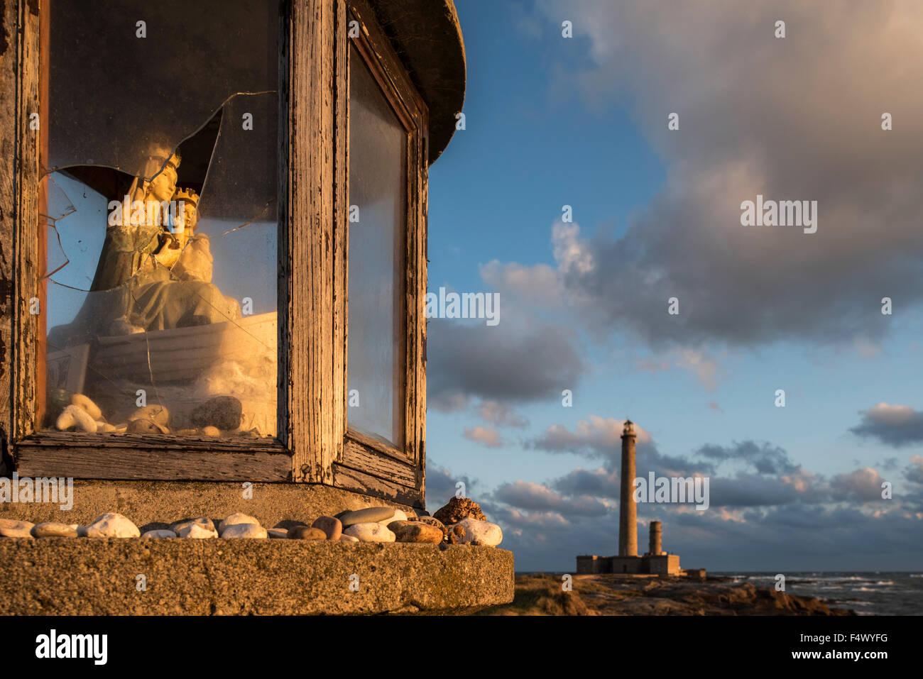 Fisherman's santuario delante de el faro de Gatteville Phare / Pointe de Barfleur luz al atardecer, Normandía, Francia Foto de stock
