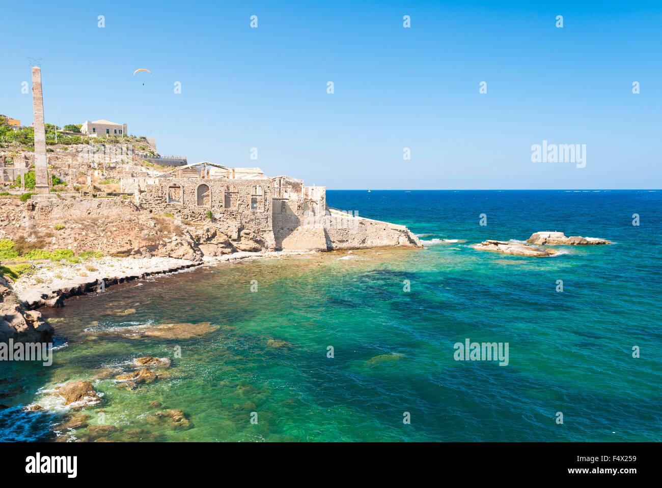 Costa de Portopalo, en el sur de Sicilia, con las ruinas de una antigua fábrica para la producción de atún Foto de stock