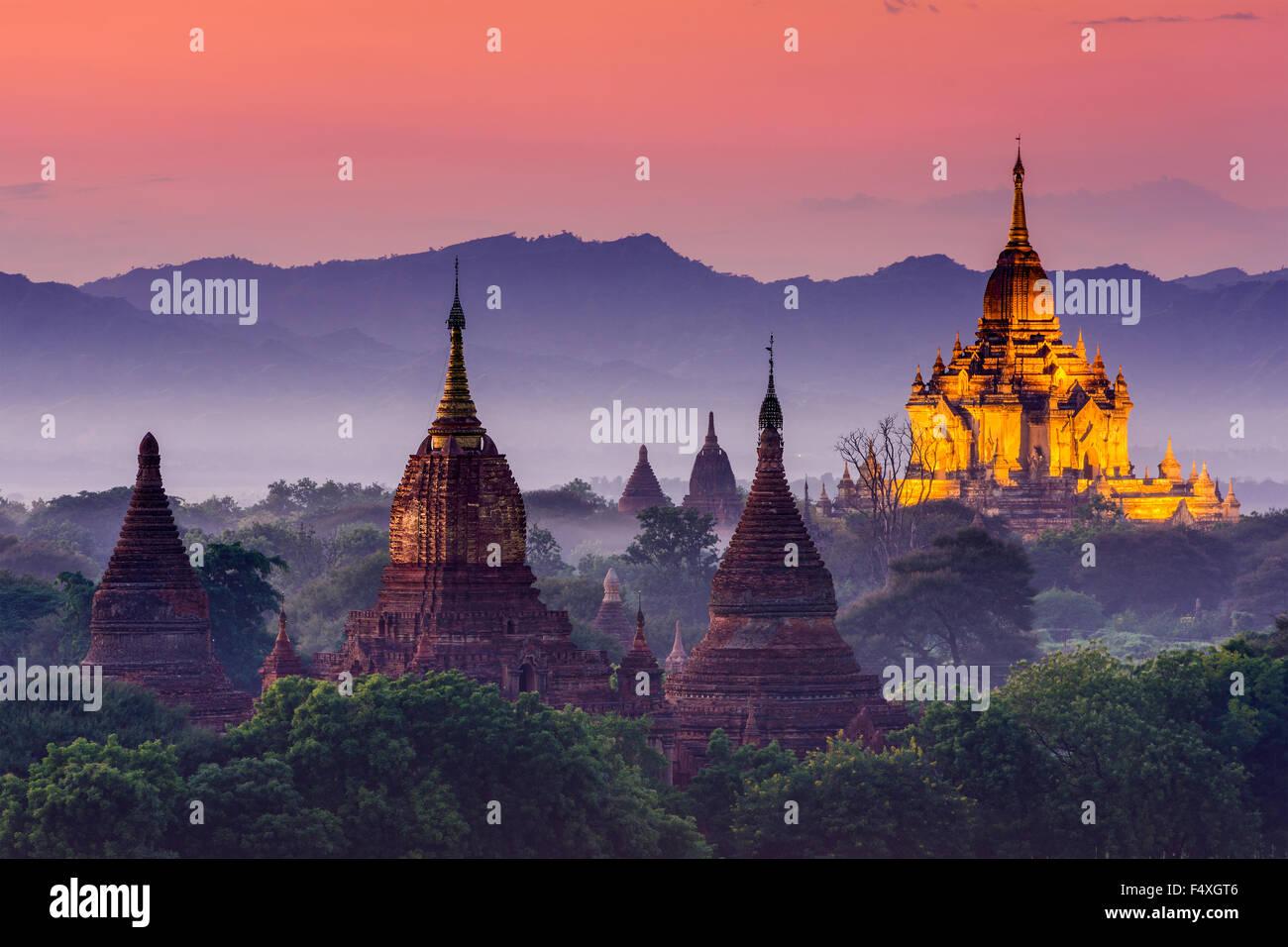 Bagan, Myanmar antiguos templos al atardecer. Foto de stock