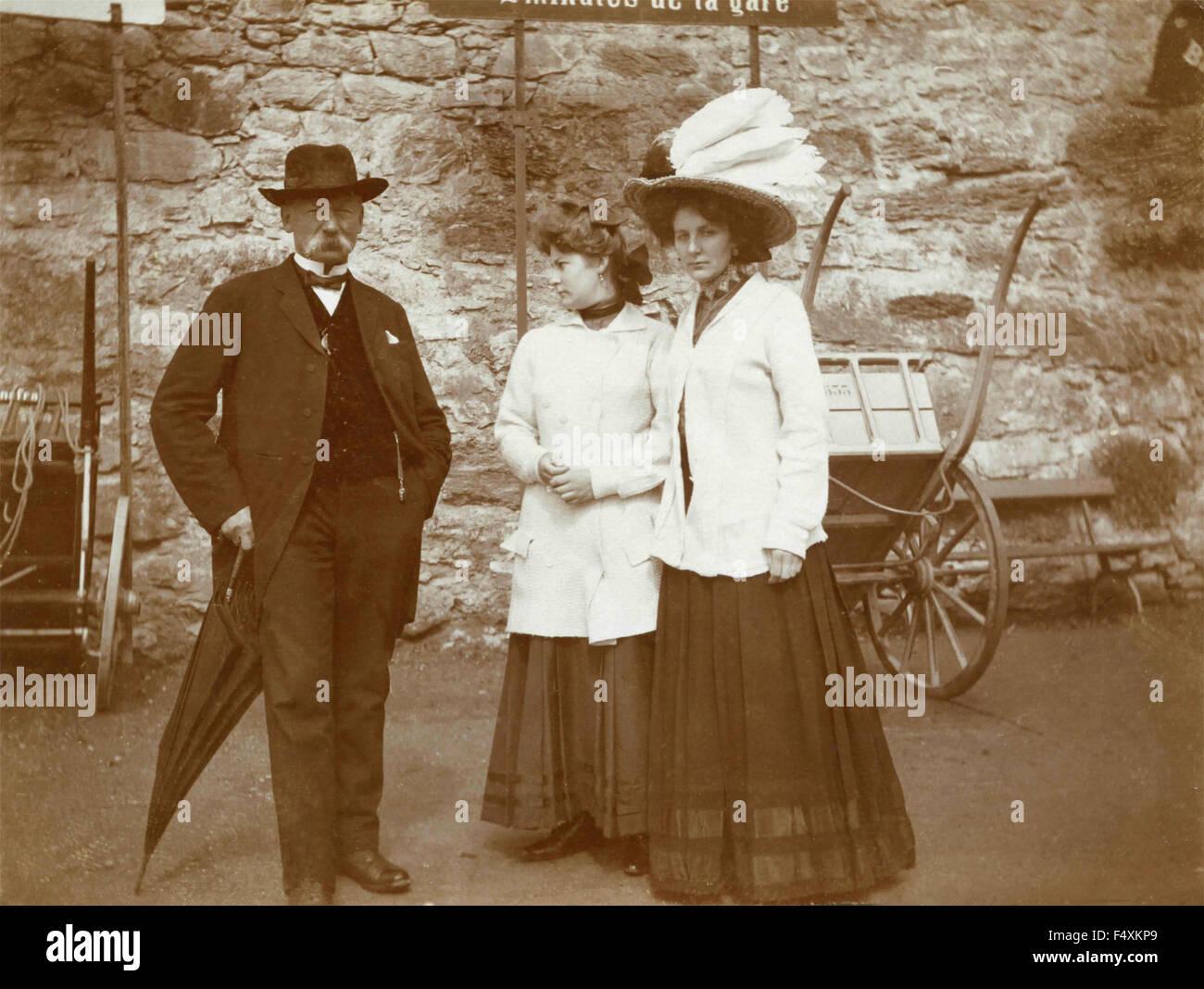 Un anciano con dos mujeres elegantes, Italia Imagen De Stock