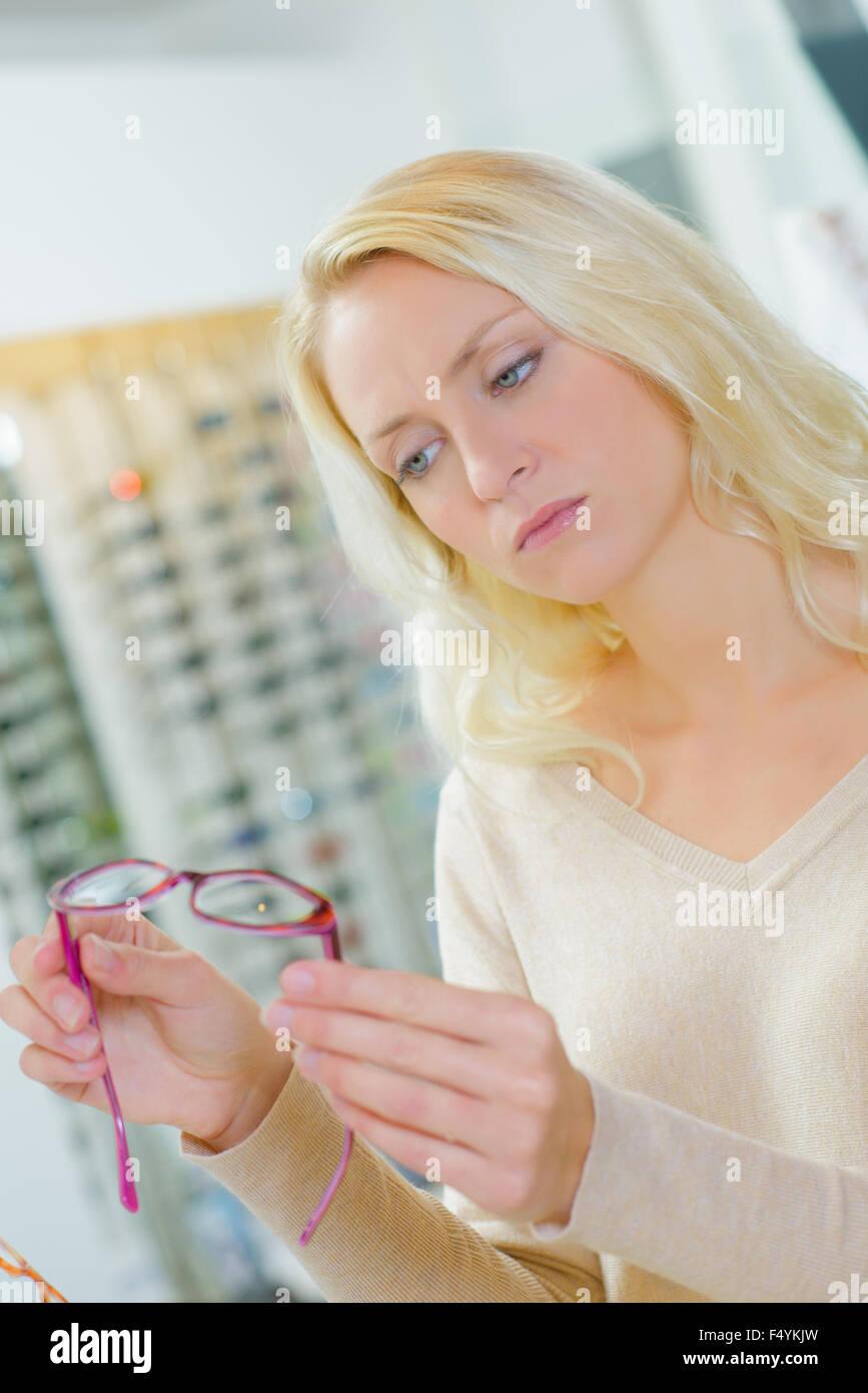 Elegir un nuevo par de gafas Imagen De Stock