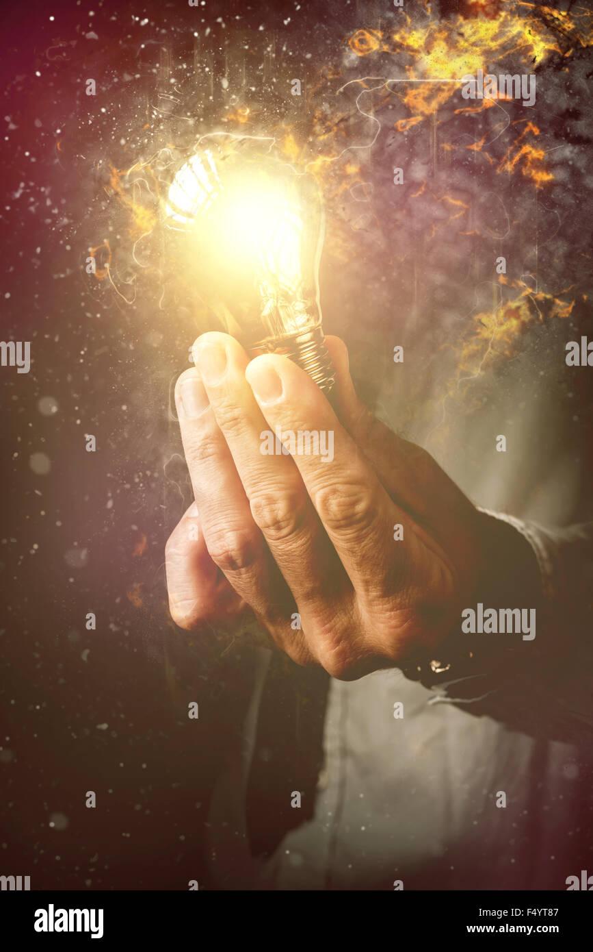 Energía de nuevas ideas en el proceso empresarial, empresario con bombilla como metáfora de nuevas ideas, Imagen De Stock