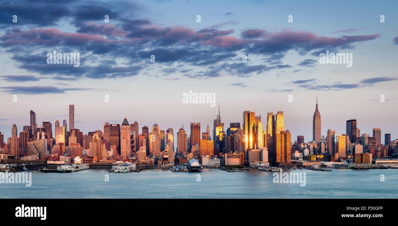 Los rascacielos de Midtown Manhattan reflejando luz al atardecer. La Ciudad de Nueva York vista aérea panorámica Imagen De Stock