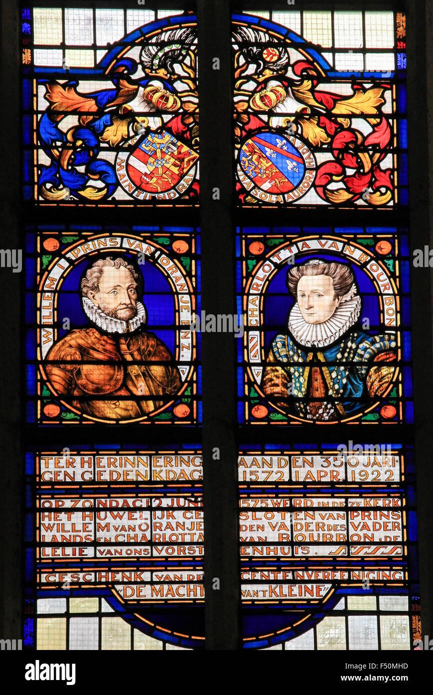 BRIELLE, Holanda - Agosto 8, 2015: vidriera representando a Guillermo I, príncipe de Orange, y su esposa Charlotte Imagen De Stock