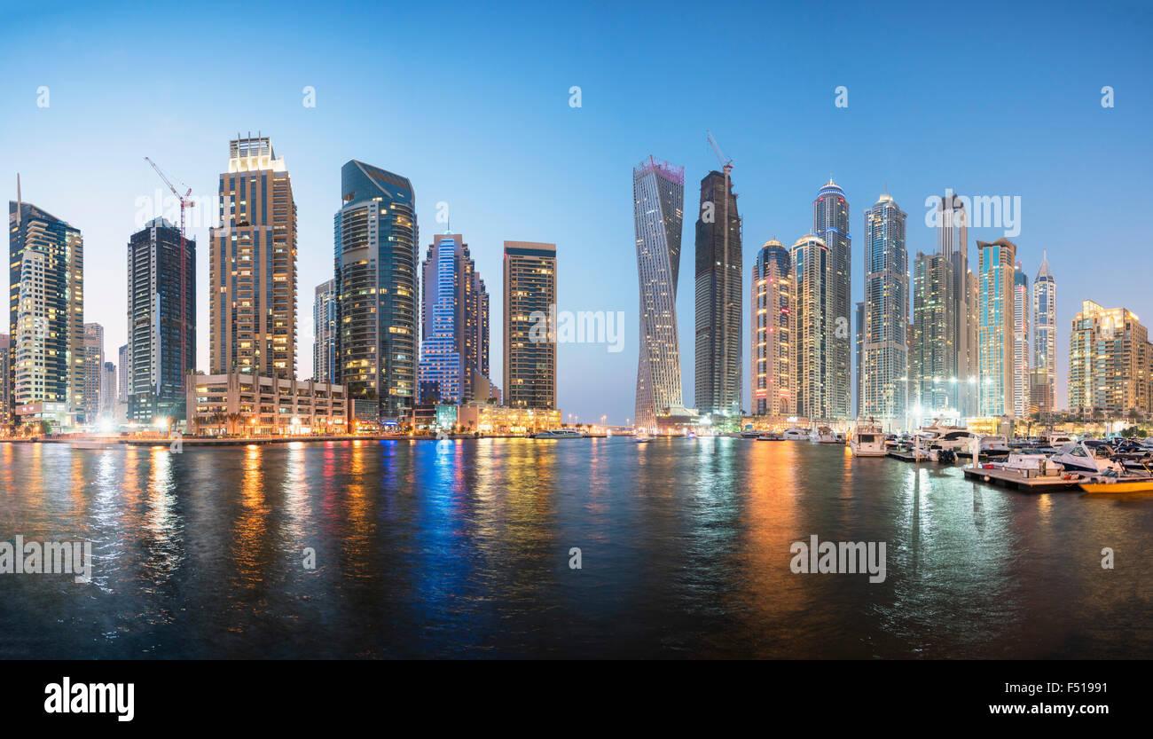 Horizonte de rascacielos en la noche en la zona del puerto deportivo de Dubai, Emiratos Árabes Unidos Imagen De Stock