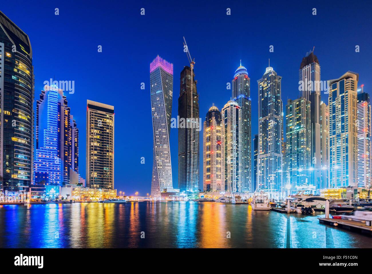 Horizonte de rascacielos en la noche en la zona del puerto deportivo de Dubai, Emiratos Árabes Unidos Foto de stock