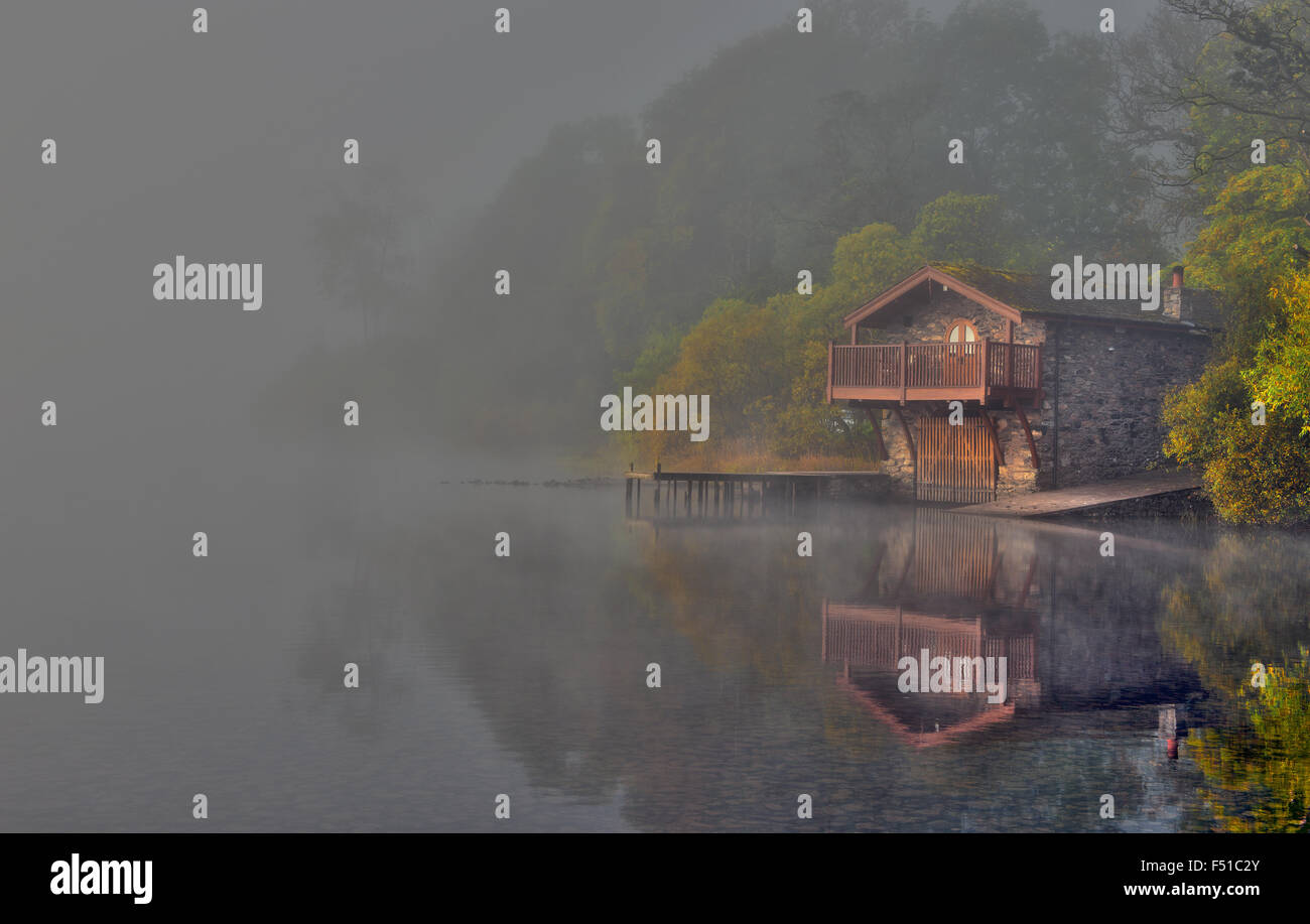 El Duque de Portland Boathouse en otoño, cerca del puente sobre el lago Ullswater Pooley, Lake District, Cumbria, Foto de stock