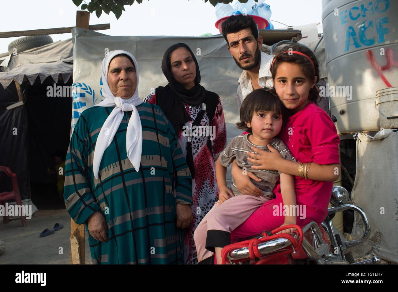 Familia de refugiados sirios en el valle de Bekka cerca de Zahle, en el campamento de la ONU. Zahle, Líbano, Imagen De Stock