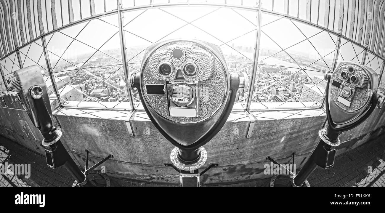 Lente ojo de pez blanco y negro mate de turismo fotográfico binoculares sobre Manhattan, Ciudad de Nueva York, Imagen De Stock