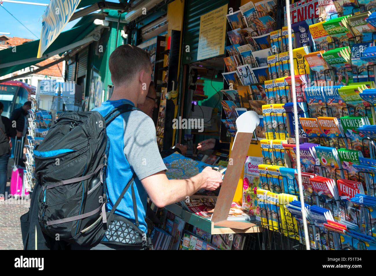 Turista compra un mapa en Piazzale Roma, Venecia, Italia Imagen De Stock