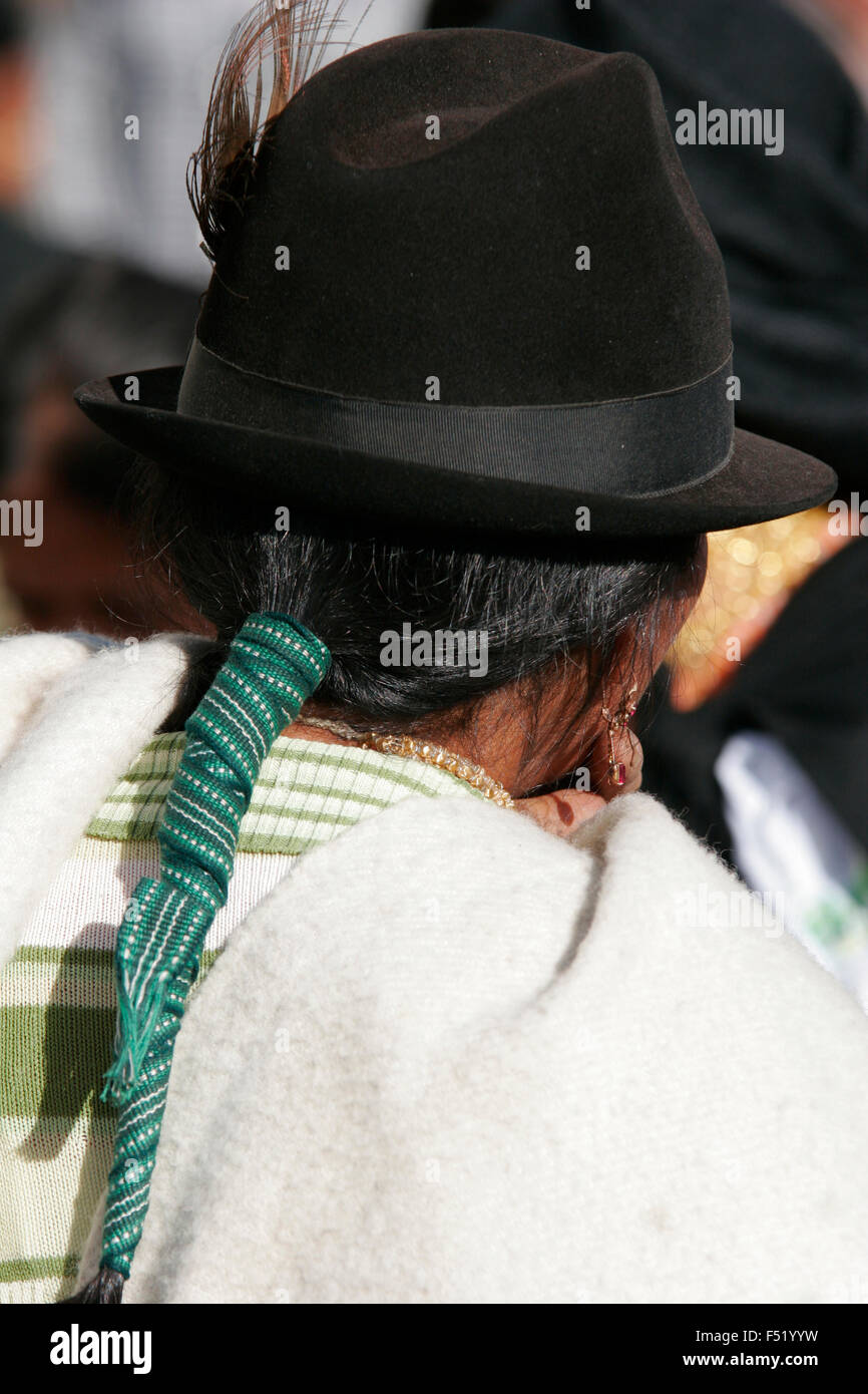Mujer indígena vistiendo un sombrero tradicional en el mercado de Otavalo d98f8421589