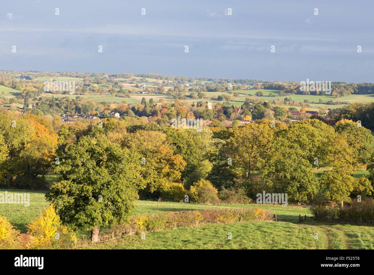 Otoño a través de la aldea de Worcestershire Alvechurch Norte a las afueras de Birmingham, Worcestershire, Imagen De Stock