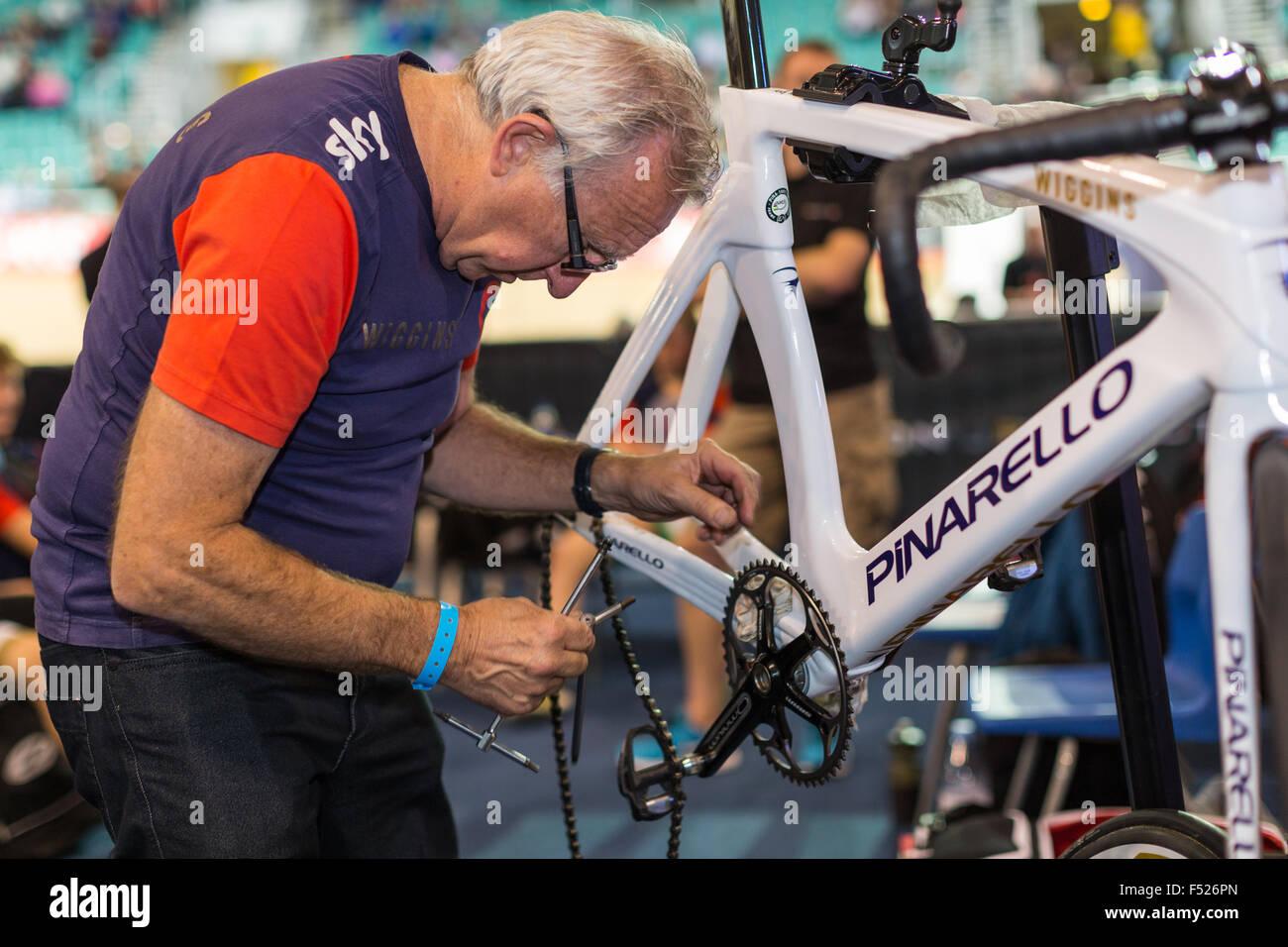Un mecánico que trabaja en un equipo Wiggins bicicleta durante la Revolución de ciclismo en la competencia Imagen De Stock