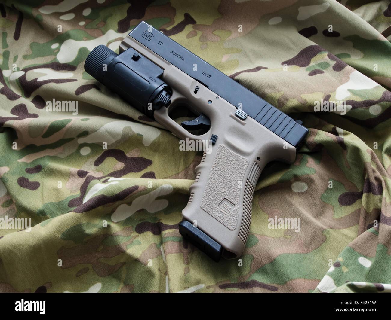Glock 17 semi-automático 9x19mm pistola y una trama de fondo Multicam Foto de stock