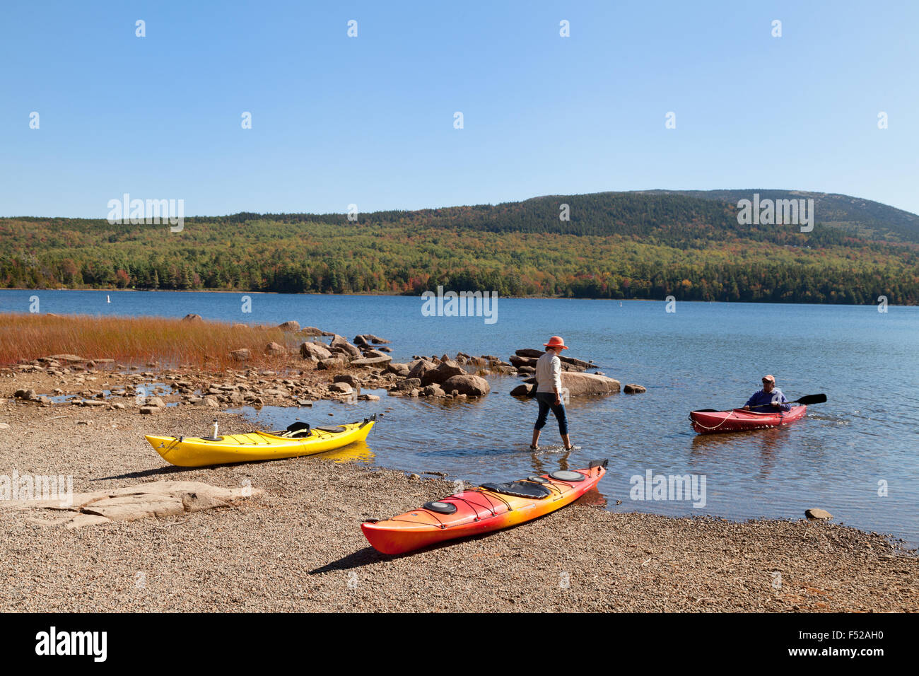 Canotaje y Kayak, Eagle Lake, el Parque Nacional de Acadia, Maine, EE.UU. Imagen De Stock