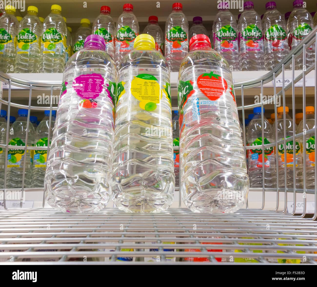 Con Sabor a Agua embotellada en el supermercado Tesco. UK Imagen De Stock