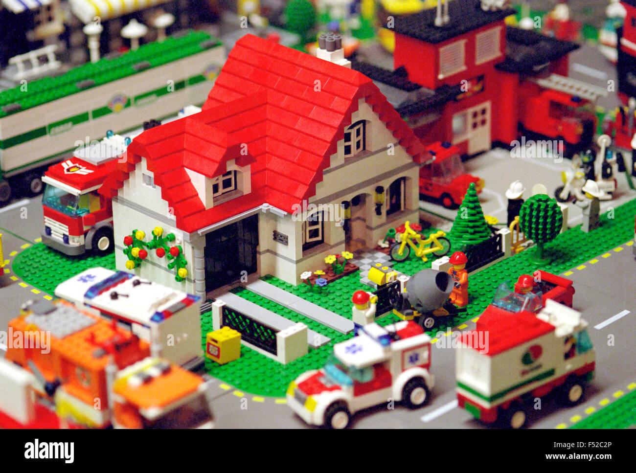 Casa de bloque de plástico juguetes. Foto de stock