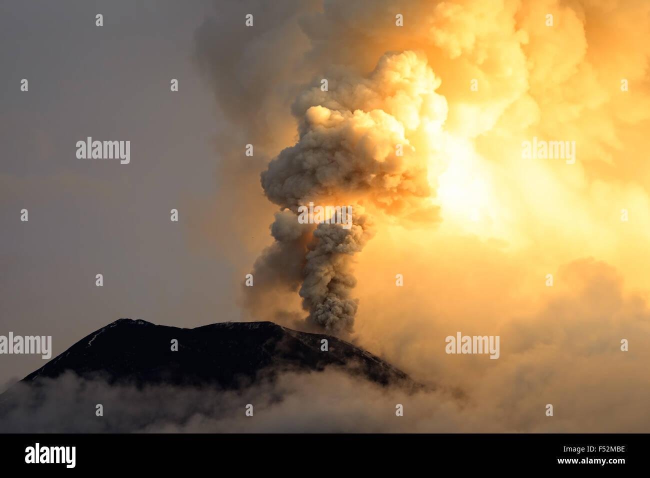 Explosión de energía del Volcán Tungurahua el 6º de mayo de 2013 Ecuador Sudamérica Imagen De Stock