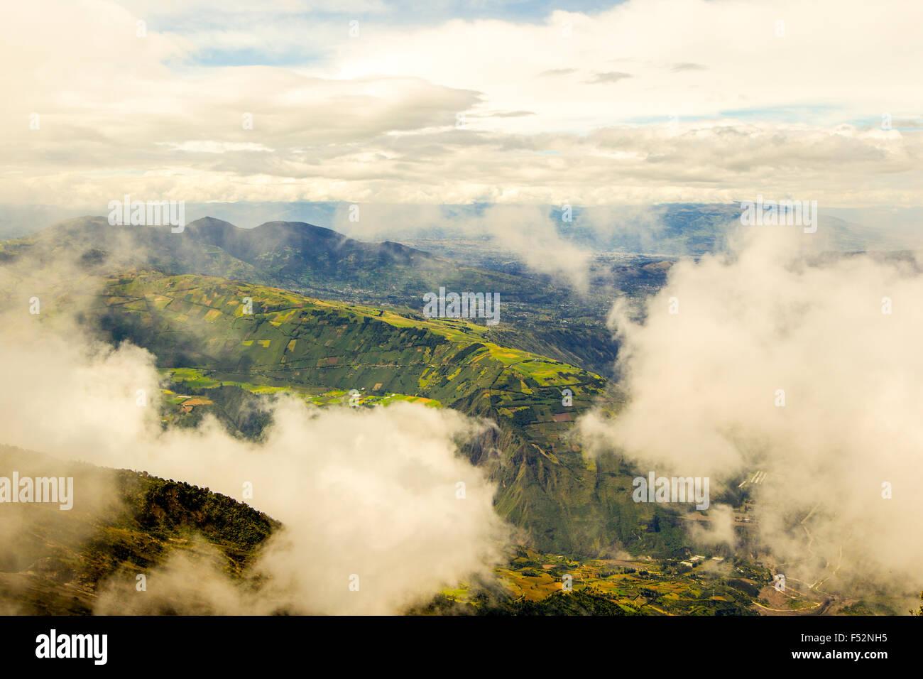 Provincia de Tungurahua en Ecuador vista desde la cima del volcán en un día nublado Imagen De Stock