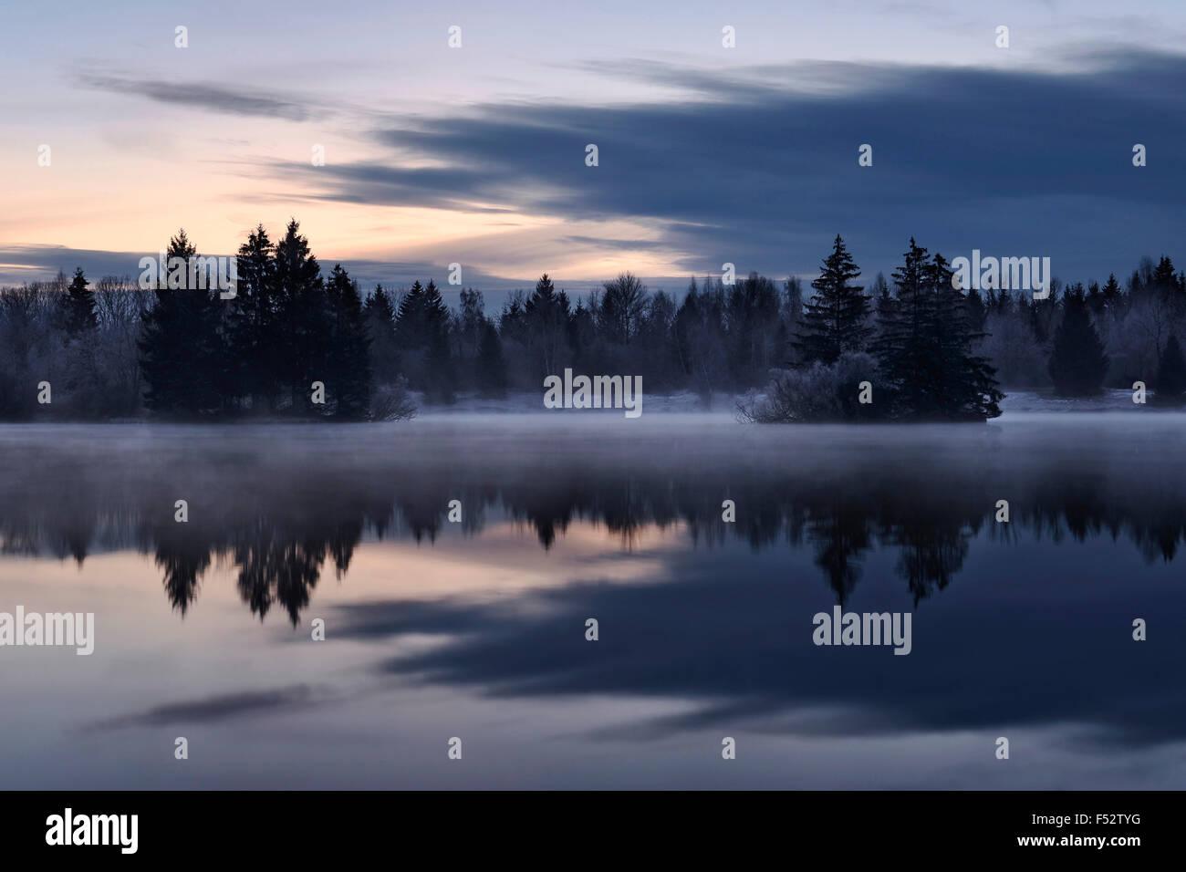 Auensee, nubes, mañana, la atmósfera, la niebla, Alemania, oscuro, azul crepúsculo Imagen De Stock