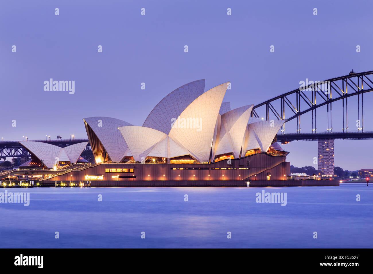 SYDNEY, Australia, el 10 de julio de 2015 - Sydney Opera House y el puente Harbour de Sydney al atardecer. Icónico Foto de stock