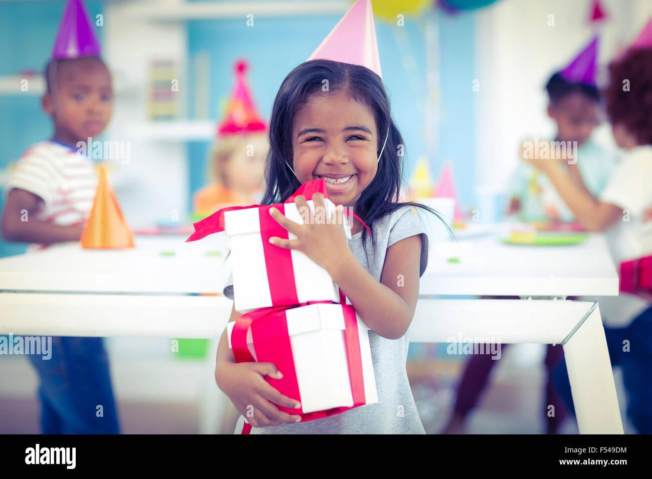 Chica sonriente en la fiesta de cumpleaños Imagen De Stock