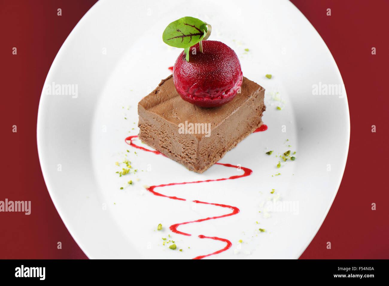 Ratón Chocolate Gourmet postre helado con un sorbete de color cereza oscuro. Foto de stock