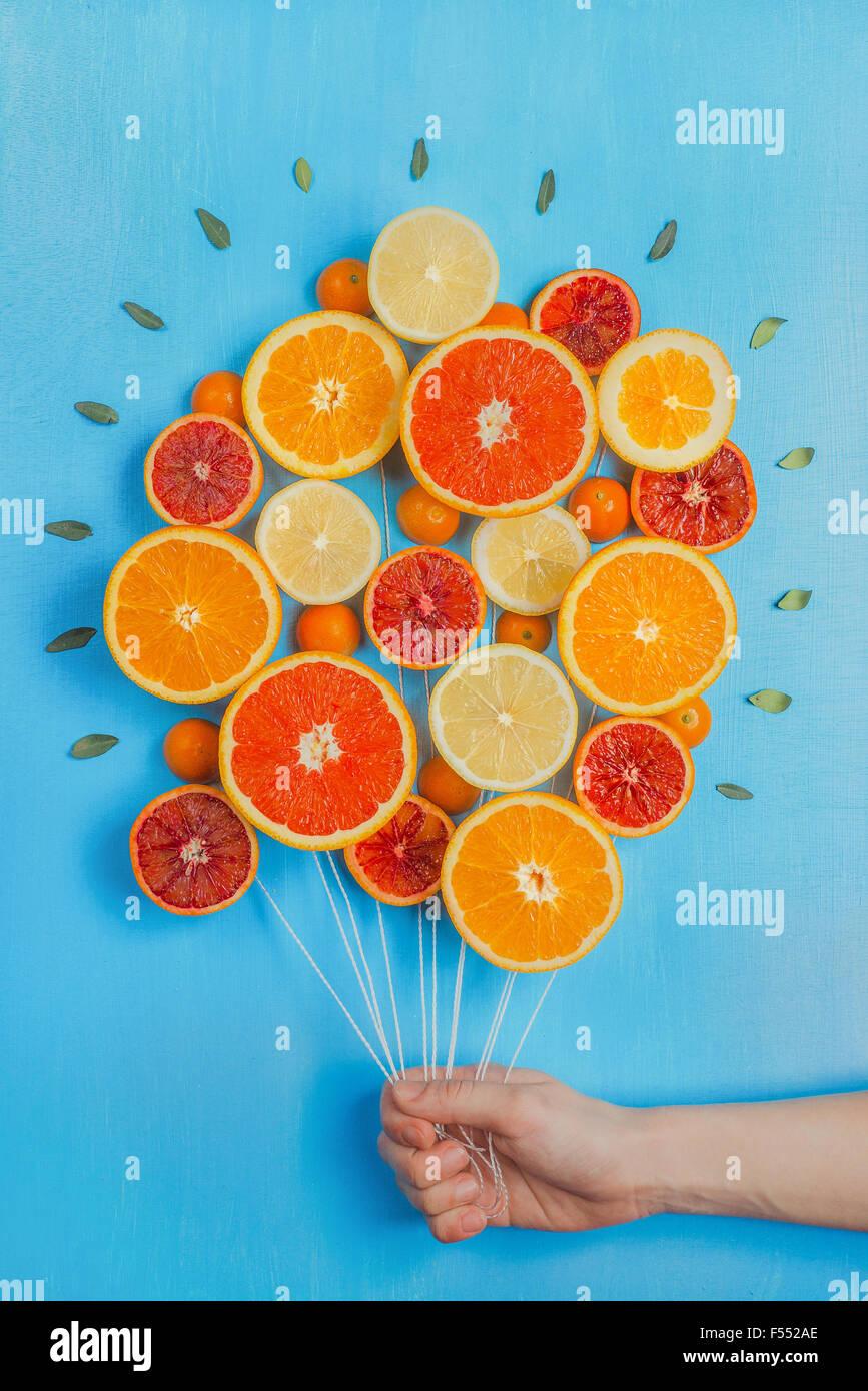 Felicitaciones por el verano! Bouquet de naranjas y pomelos, buscando como un manojo de globos. fondo azul cielo. Imagen De Stock