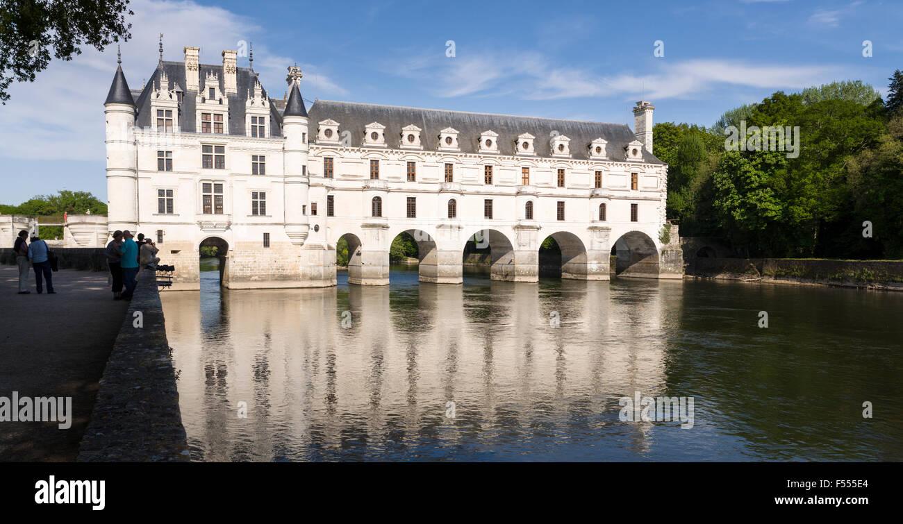 Chenonceau spanning el río. El río Cher refleja los arcos y ventanas de la larga galería / puente Imagen De Stock