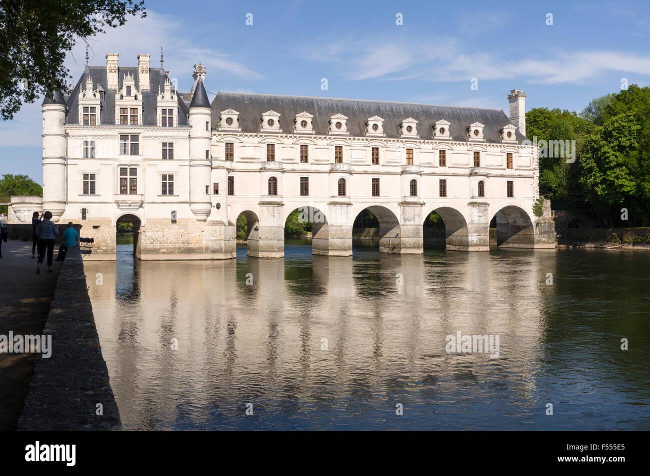 Galería de Chenonceau reflejada en el río. El río Cher refleja los arcos y ventanas de la larga galería Imagen De Stock