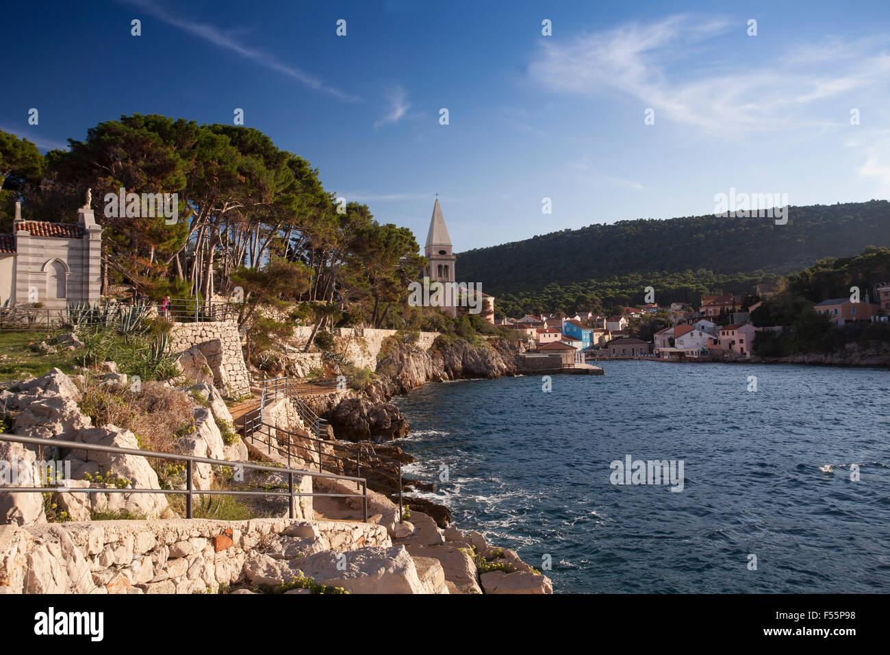 Vista de Veli perder Harbour, con la Iglesia de San Basilio, la isla de Cres, Golfo de Kvarner, Mar Adriático, Croacia Foto de stock