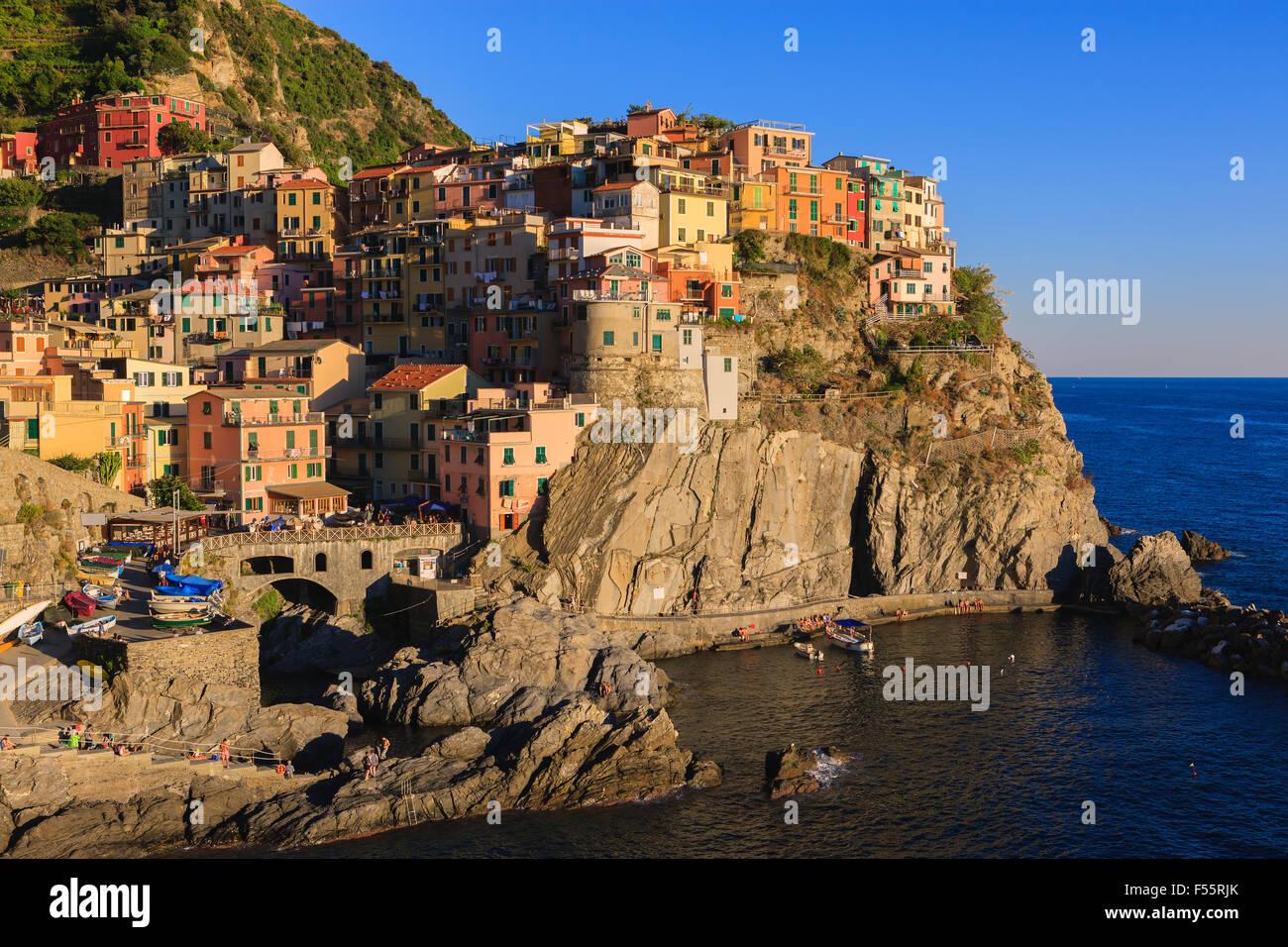 Manarola es una ciudad y comuna ubicada en la provincia de La Spezia, Liguria, en el noroeste de Italia. Foto de stock