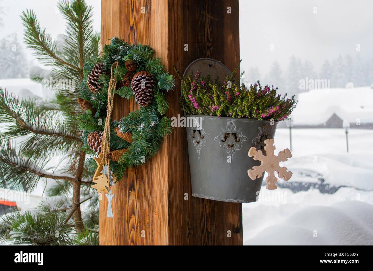 La Casa Rural Con Las Decoraciones De Navidad En Una Columna