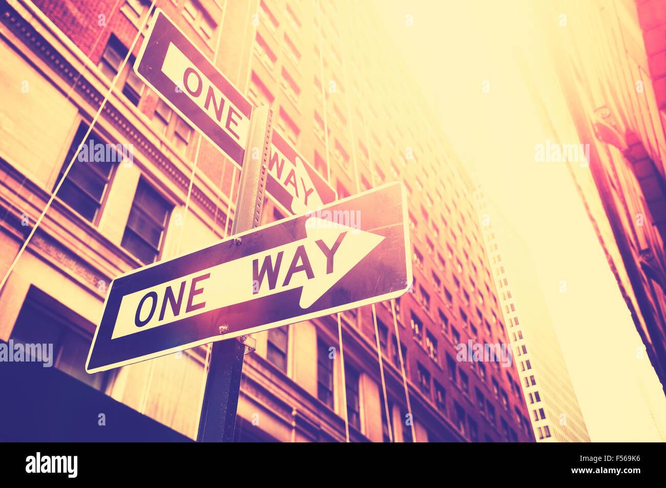 Estilo Vintage foto de una manera signos en Manhattan, Nueva York, Estados Unidos. Imagen De Stock