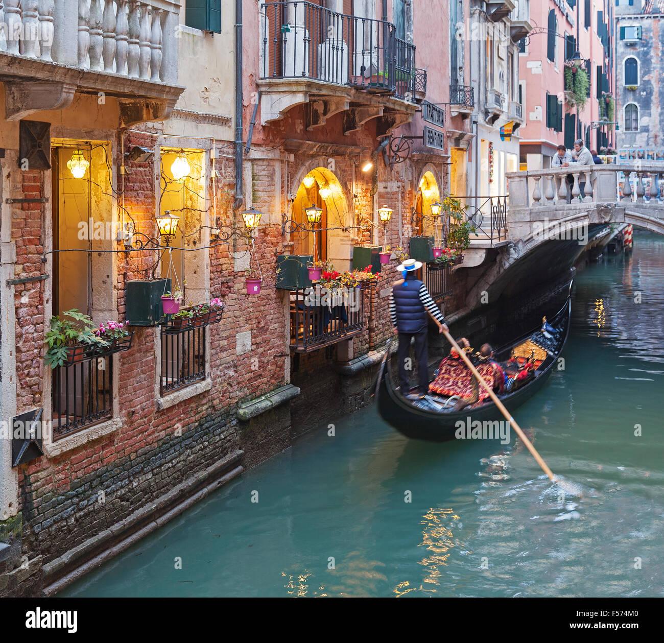 Canal de Venecia con la góndola en la tarde - Italia Imagen De Stock
