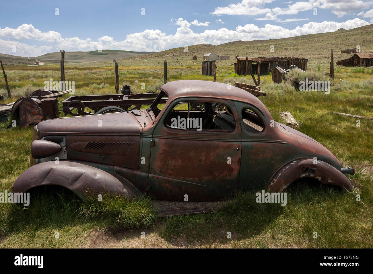 Oxidado viejo coche construido en los años 30s, la Ciudad Fantasma, antigua ciudad minera de oro, Bodie State Imagen De Stock