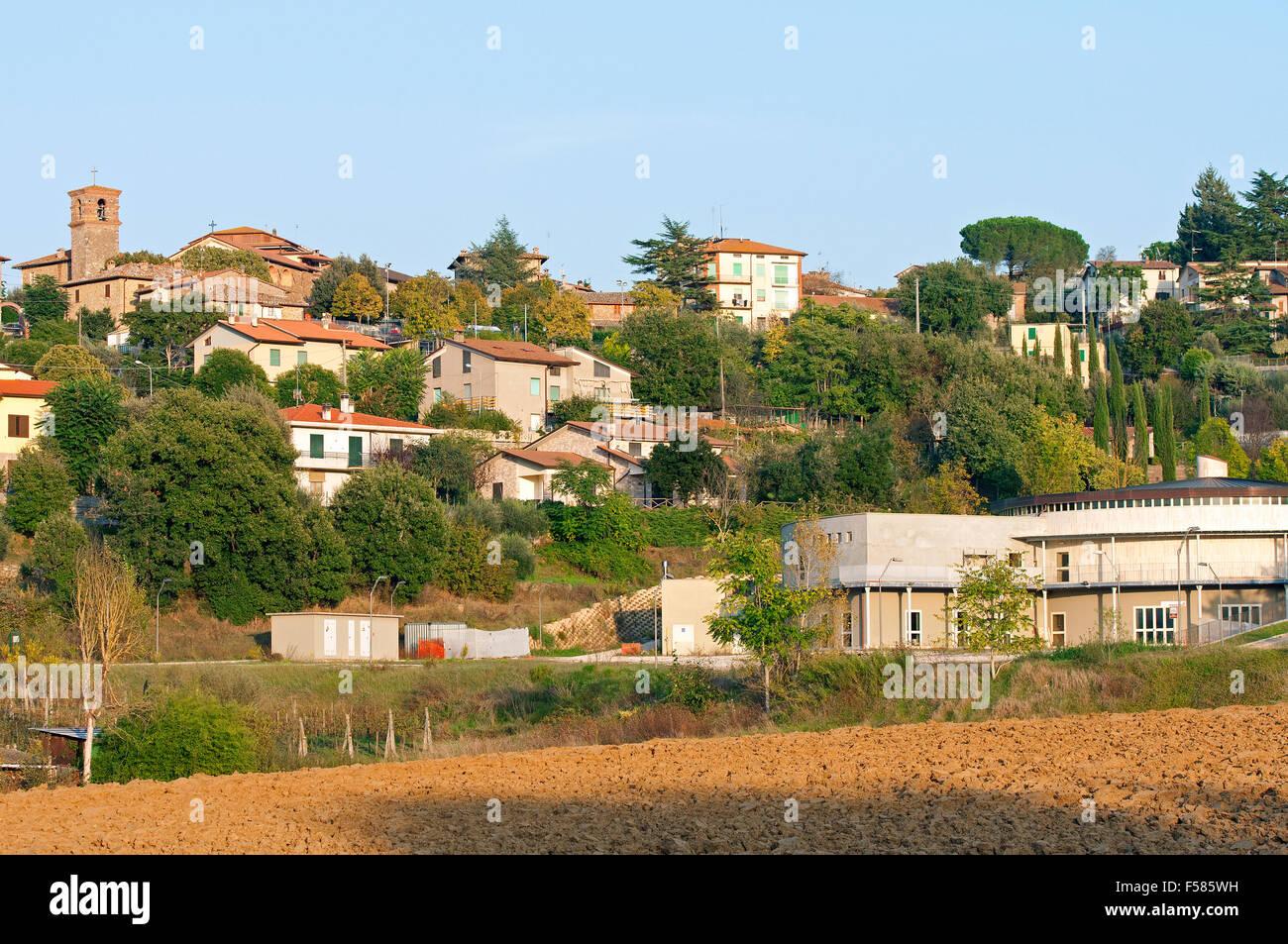 Pietrafitta, pequeño pueblo medieval, en el derecho el Museo Paleontológico Luigi Boldrini, Umbría. Imagen De Stock