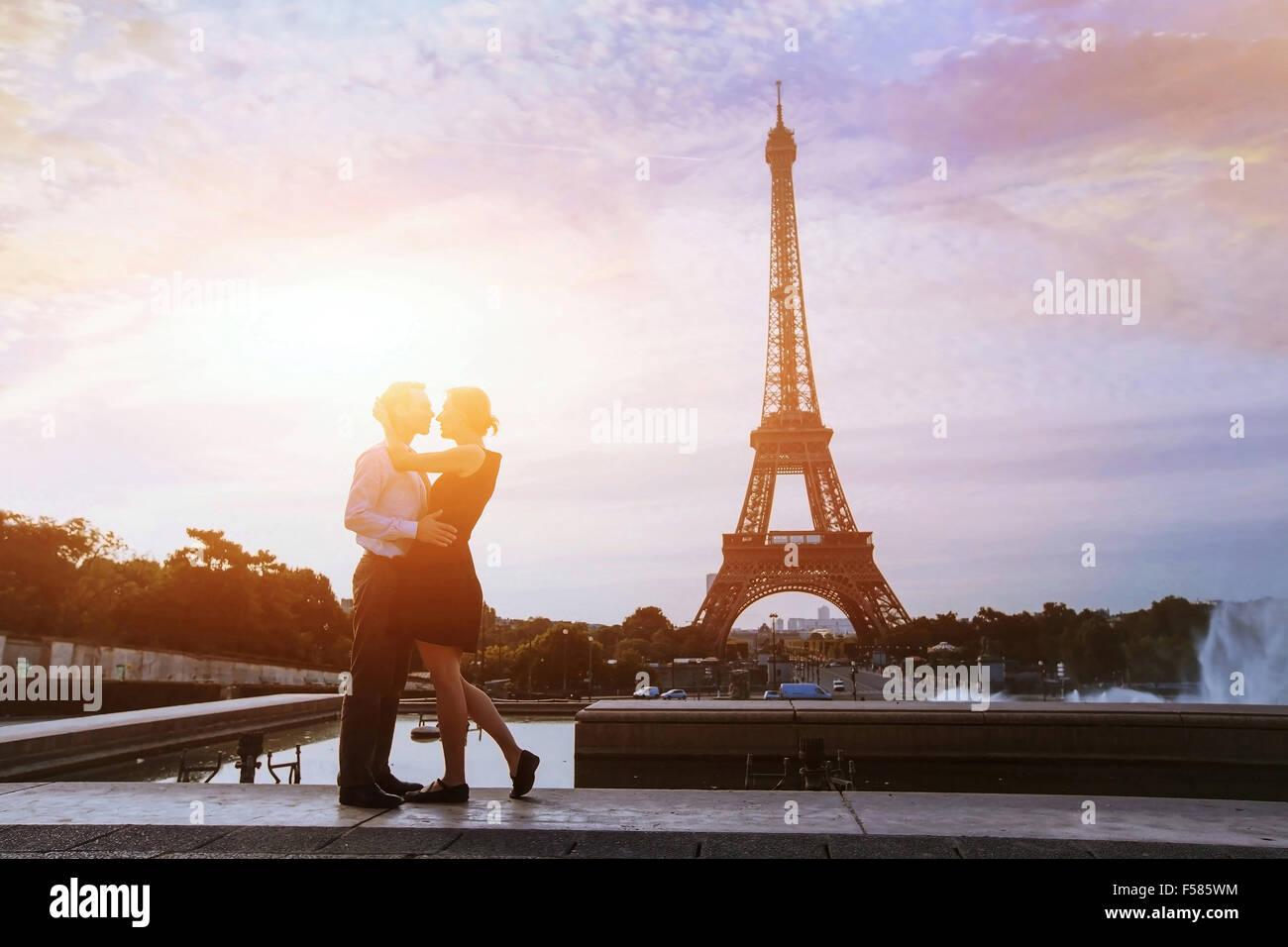 Siluetas de pareja amorosa en París Imagen De Stock