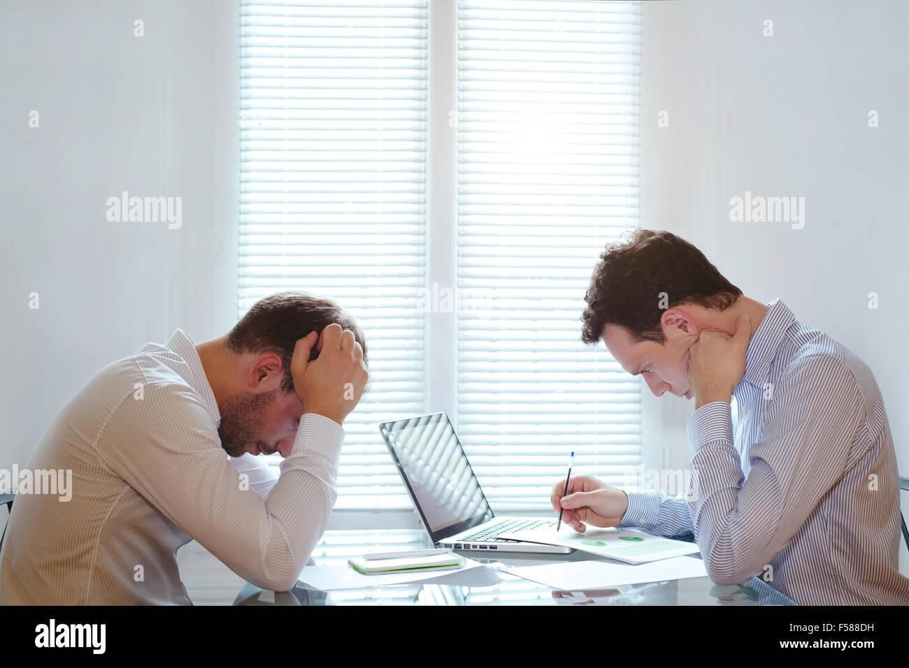 Cansado de los hombres de negocios, la crisis financiera en los negocios Imagen De Stock