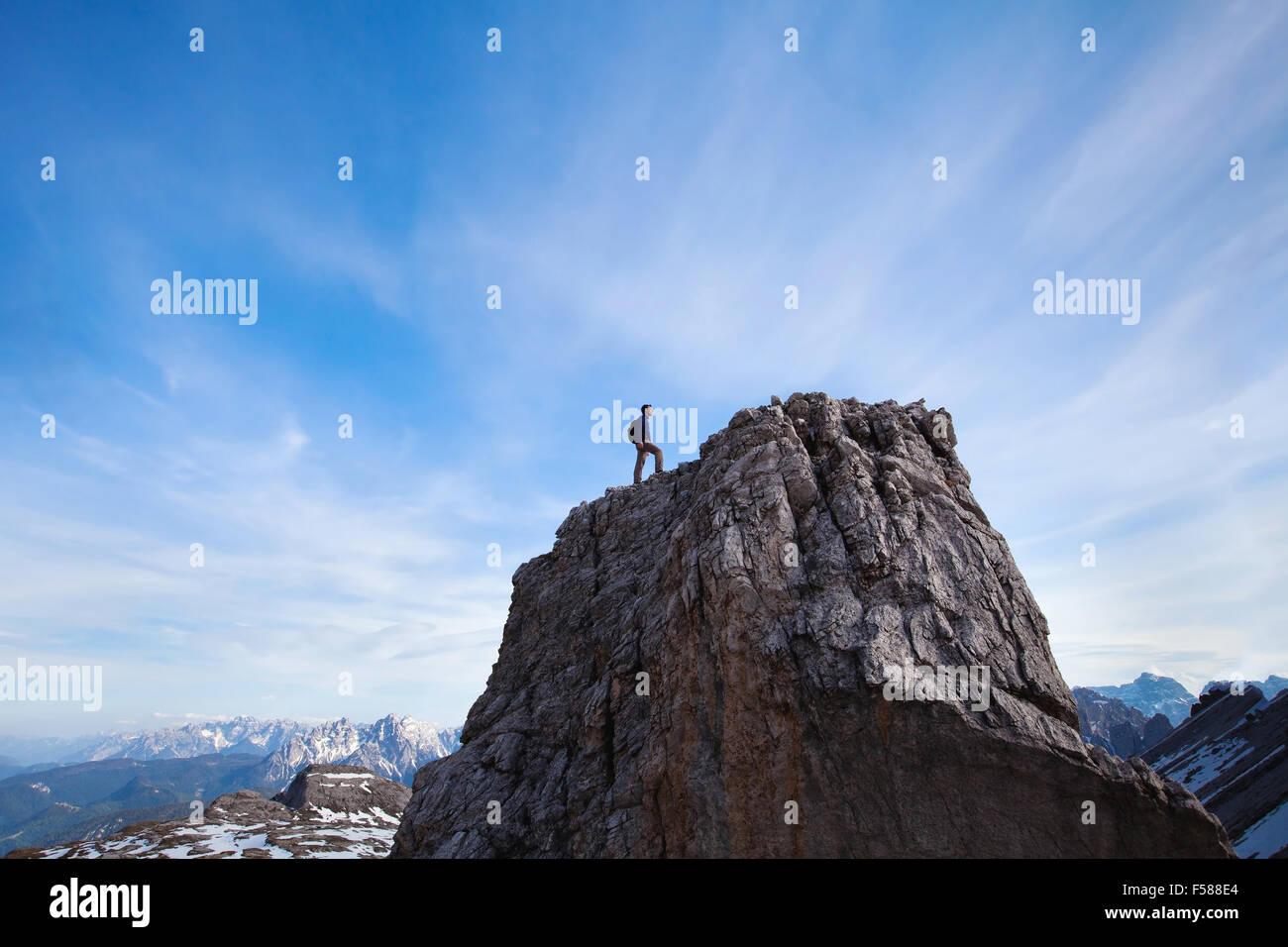 Concepto de logro, escalador en la cima de la montaña. Imagen De Stock