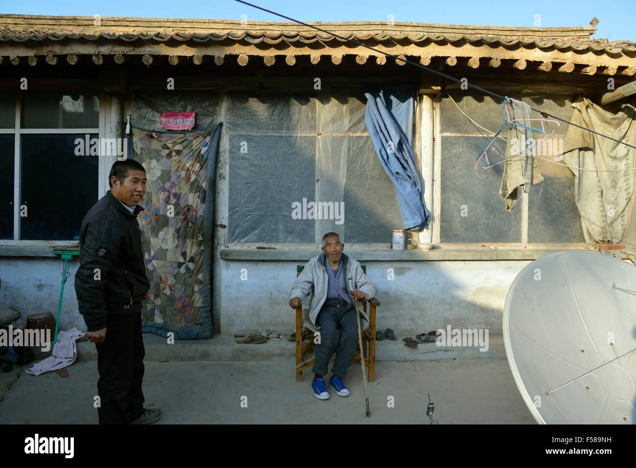 Wu Deyi, de 48 años, quien nunca merried a causa de la pobreza, cuida de su padre Wu Hai, de 83 años, Imagen De Stock