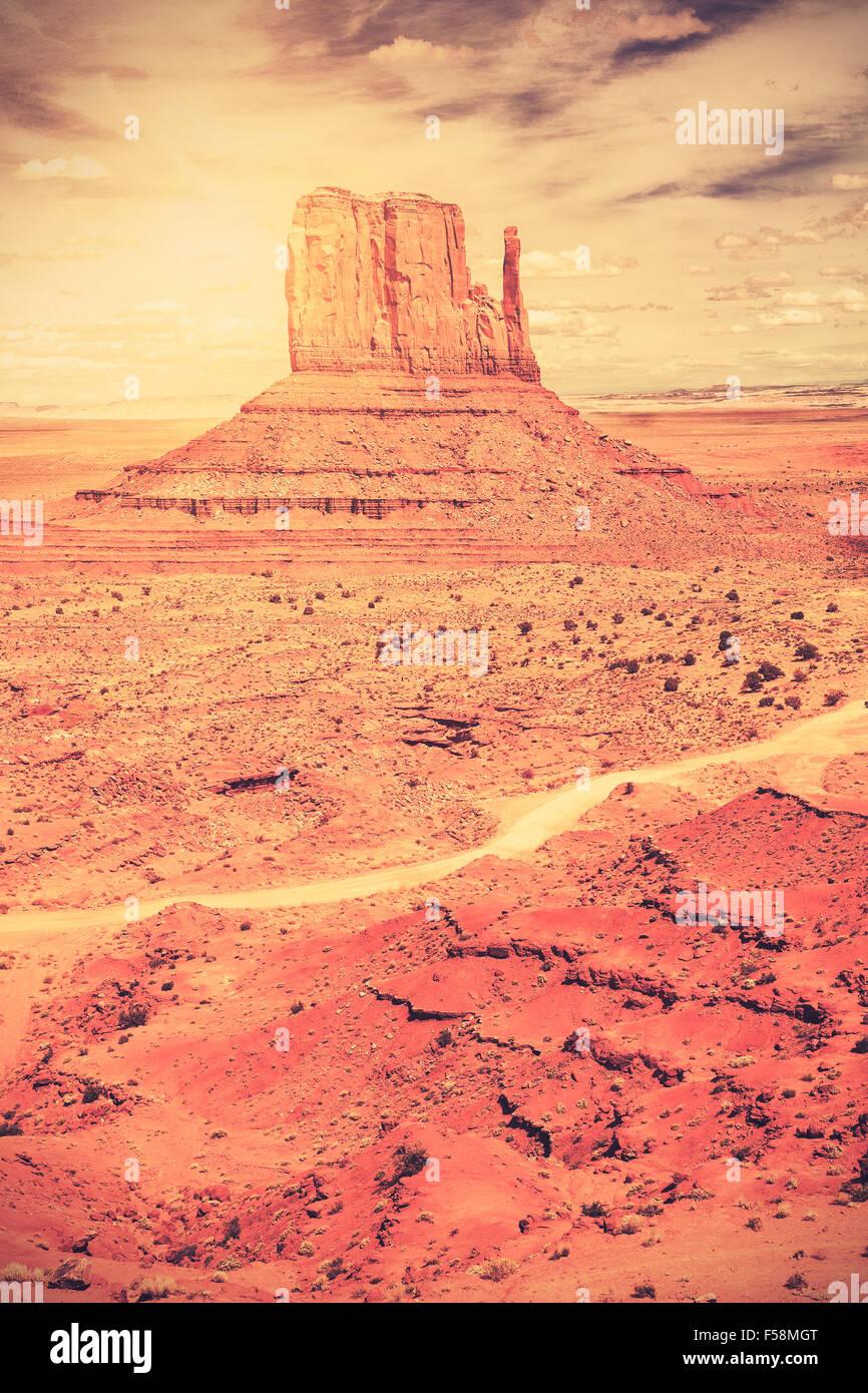 Retro estilo película antigua foto de Monument Valley Navajo Tribal Park, Utah, EE.UU.. Imagen De Stock