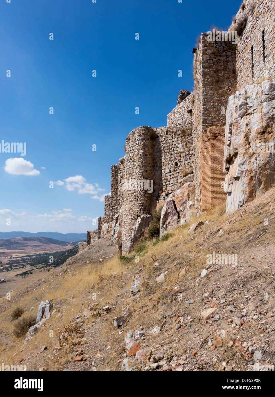 El castillo en lo alto de la colina fortaleza y antiguo convento de Calatrava La Nueva, cerca de Ciudad Real, Castilla Imagen De Stock