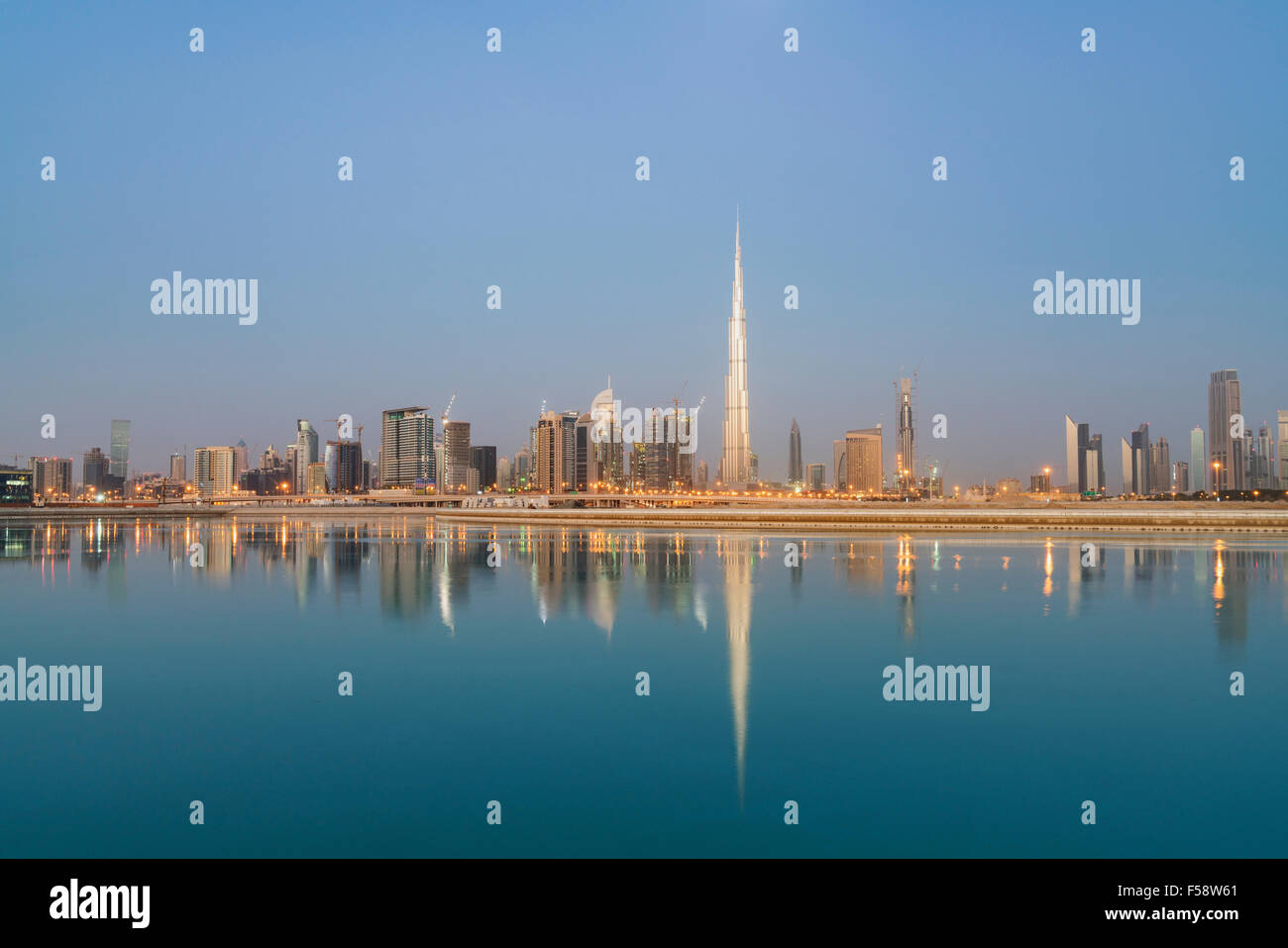 Horizonte de rascacielos y Burj Khalifa torre antes de amanecer en Dubai, Emiratos Árabes Unidos Imagen De Stock