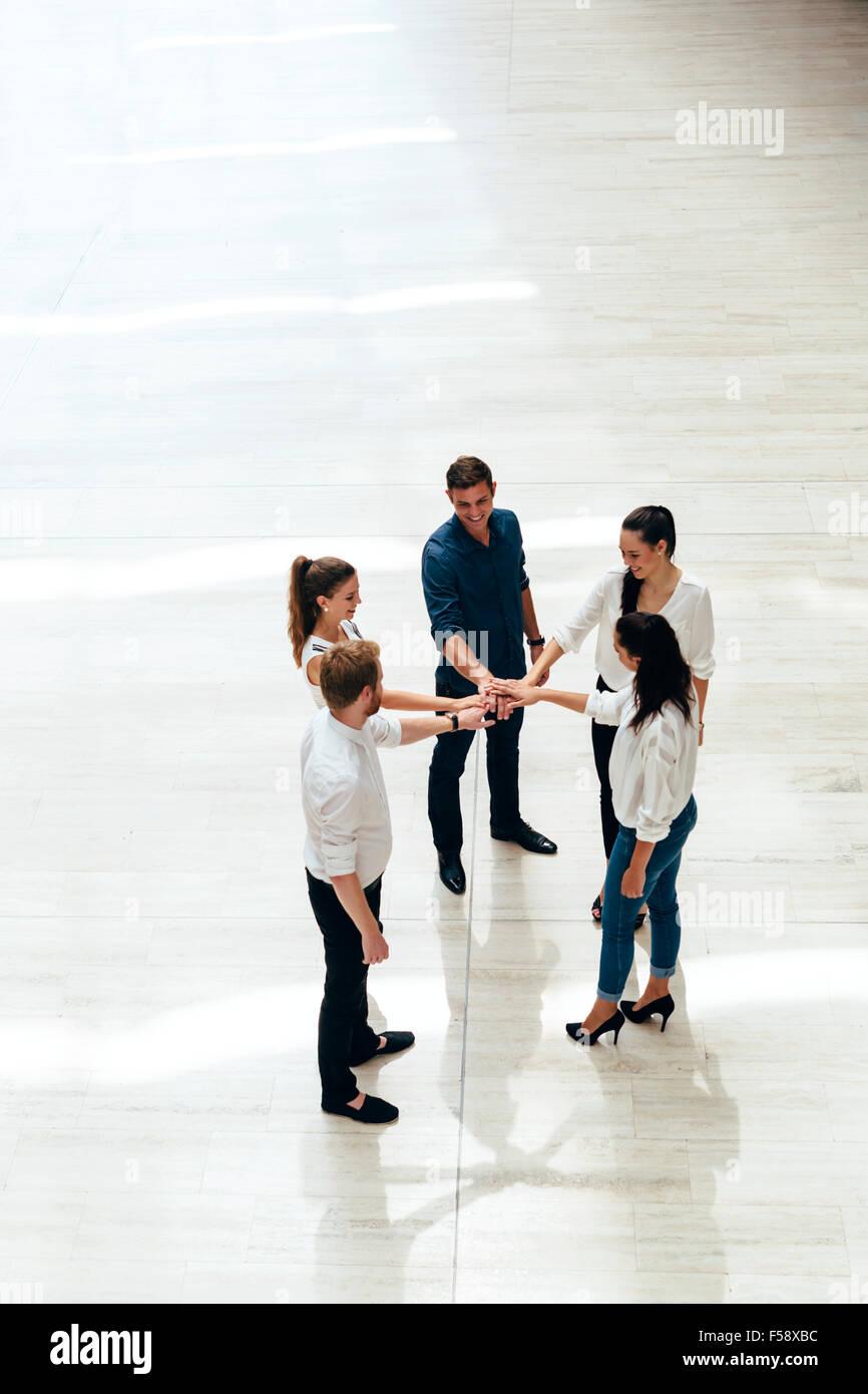 Equipo de negocios. Las personas con manos unidas. Europea. Vista superior Imagen De Stock