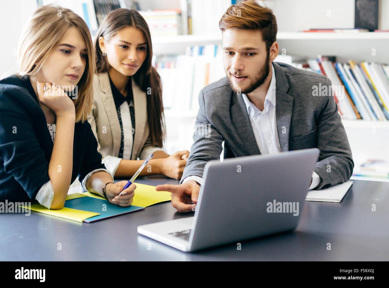 El equipo de arquitectos y diseñadores discutiendo planes futuros Imagen De Stock