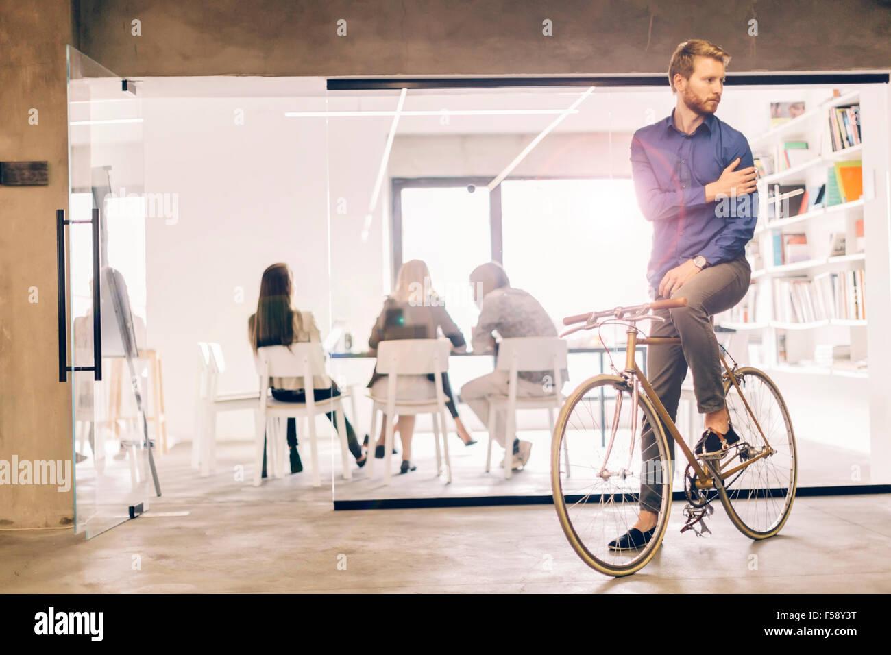Empresario a trabajar en bicicleta Imagen De Stock